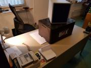 Gut hat der Chef seinen Schreibtisch aufgeräumt! Gerade hat Amazon einen Thermobehälter und ein Formular-Ablagekasten geliefert...