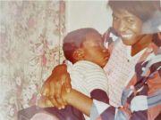 Der junge George Floyd in den Armen seiner Mutter, Larcenia Floyd. Quelle: Ben Crump Law Firm