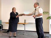 Oberst Cachelin, überreicht Majorin Annette Preuß die Ruhestandsurkunde beim Abschluss-Gottesdienst der diesjährigen Strategiekonferenz in Burbach Holzhausen.